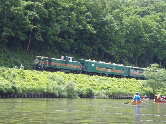 釧路湿原の中を流れる川をカヌーで下るネイチャーツアーはガイドが付くから安心!